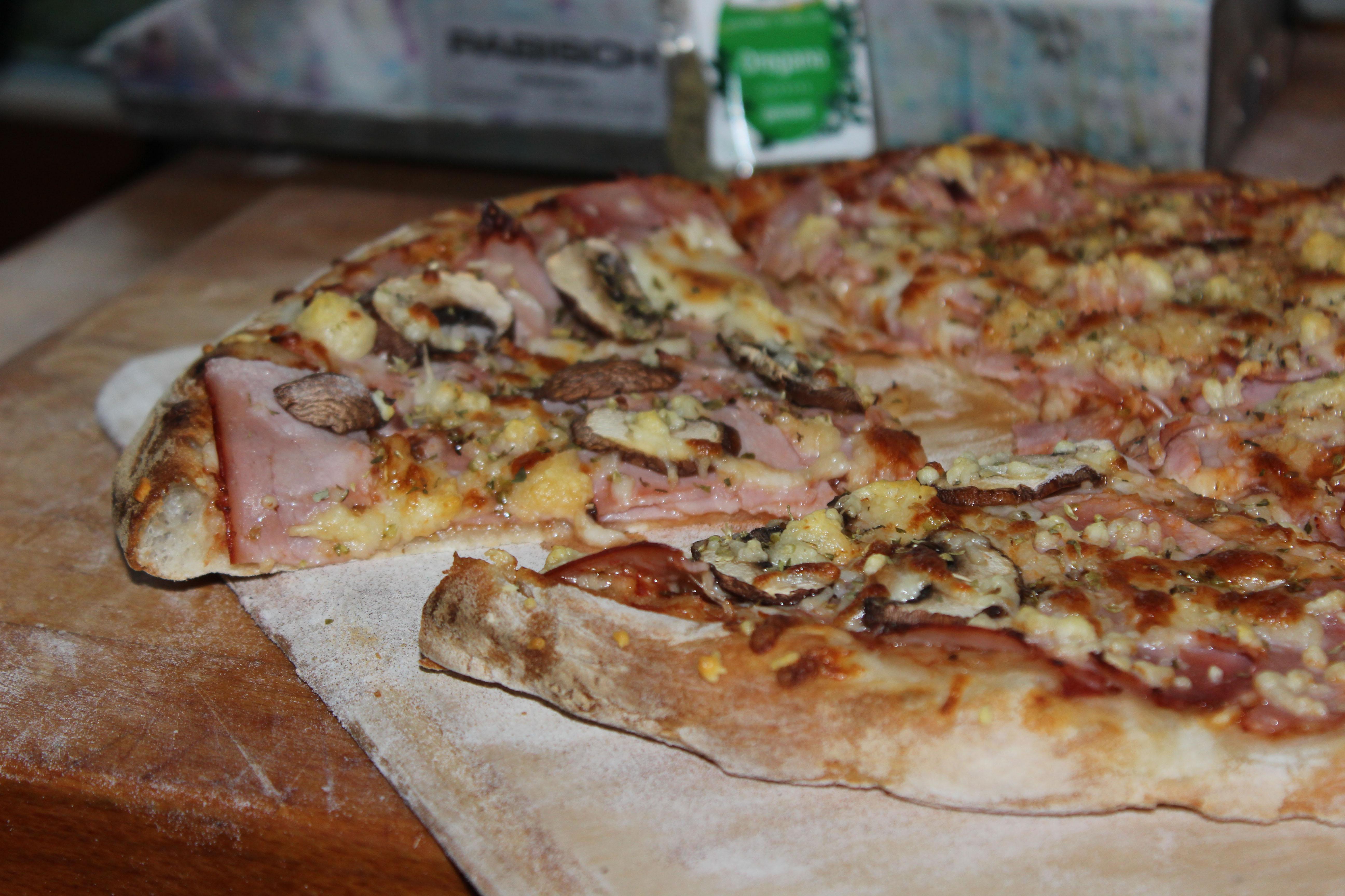 Schinkenpizza mit Pilzen - unter Fremdsprachlern auch Prosciutto e Funghi genannt.