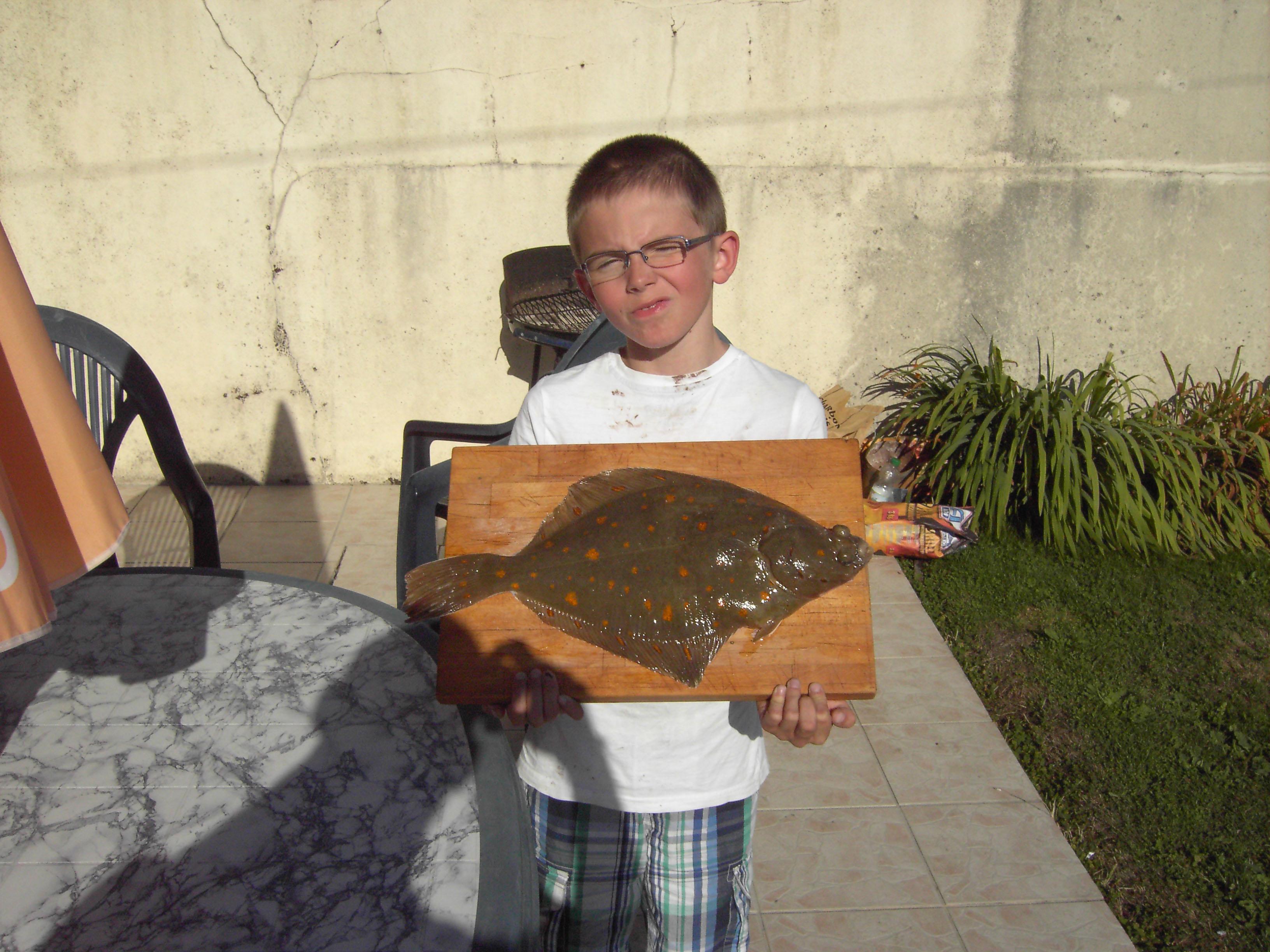 Kleiner Mann mit großem Fisch