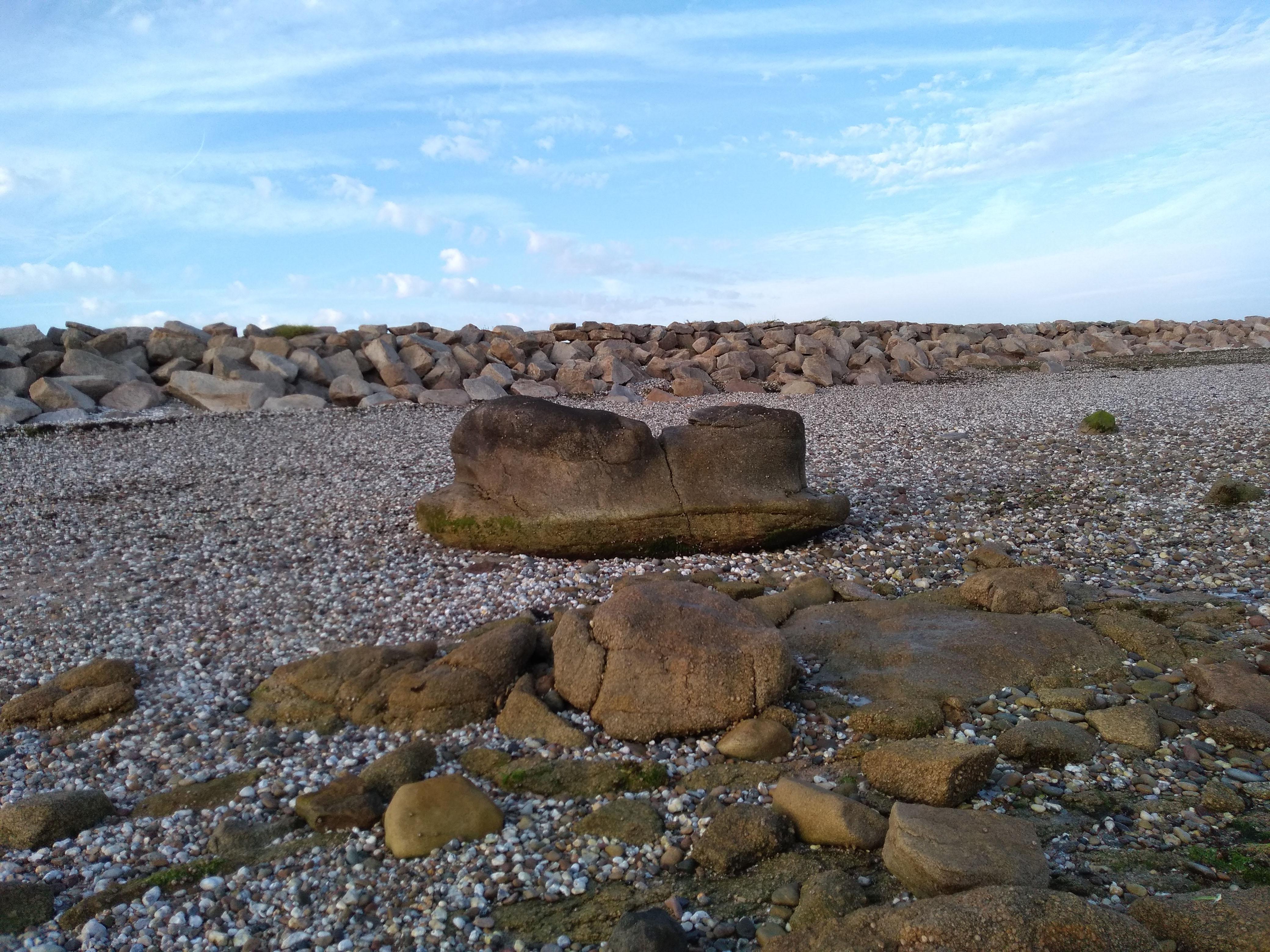 Ein von der Erosion geformter Felsbrocken am Strand von Gatteville