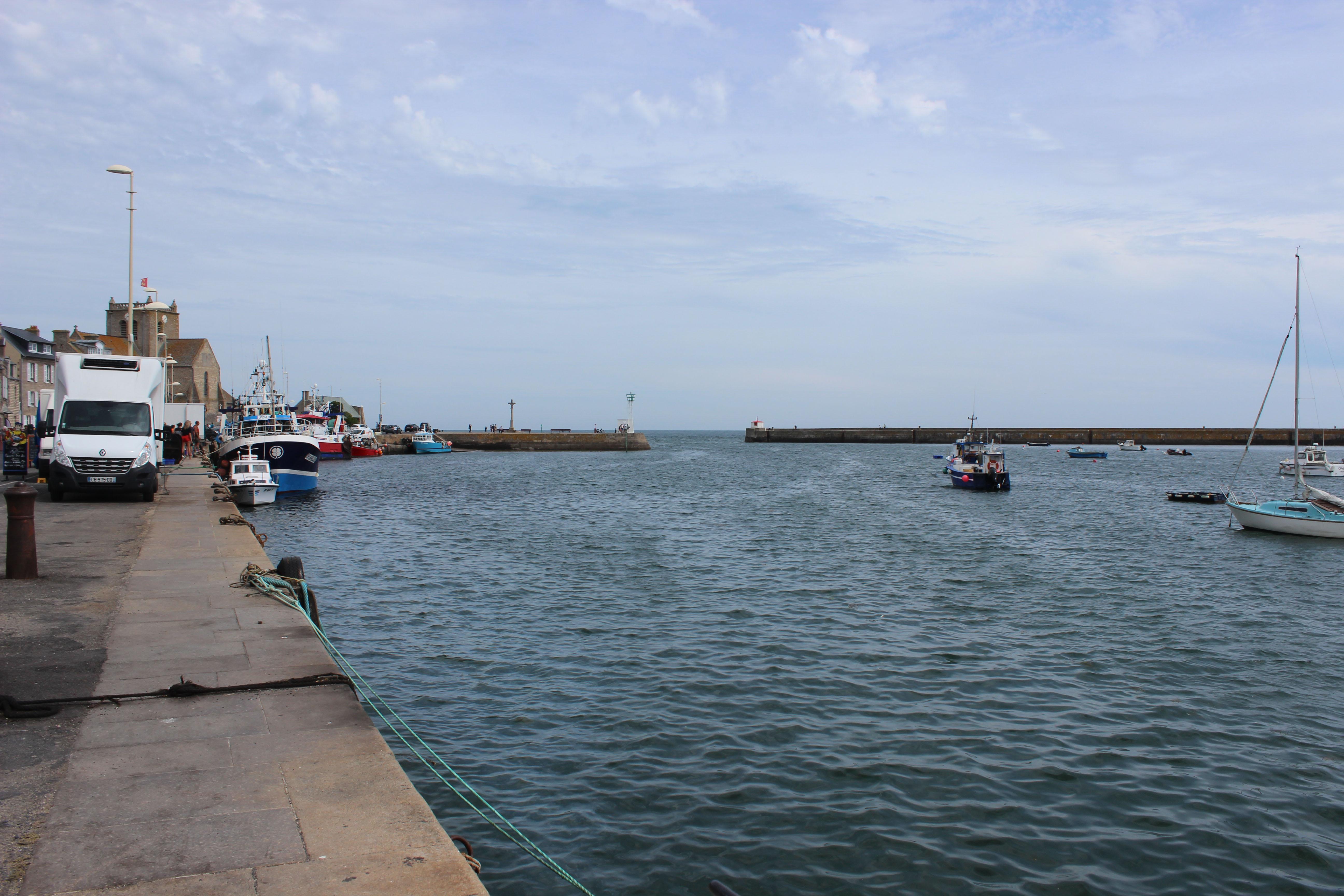 Der Hafen von Barfleur, der bei Ebbe ganz leer läuft